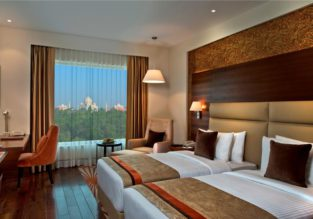 Deluxe double room in 5* luxury hotel nearby Taj Mahal for only €39! (€19.5/ £17 per person)