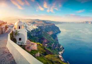 Spring in Santorini! 7-night B&B stay in well-rated hotel + flights from Vienna for only €116!