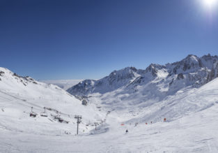 Ski break on the French Pyrenees! 4 nights at well-rated apartment + car hire & flights from London for just £84!