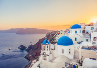 Santorini escape! 7 nights top rated beach hotel & flights from Vienna for only €143!